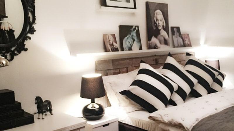 Sovrummet är inrett i svartvitt och gaveln är gjord av en gammal ladugårdsdörr.