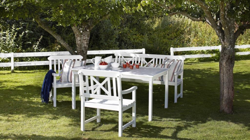 Trädgårdsmöbler är i tåliga material. Trä, plast, aluminium, konstrotting... Möblerna till trädgården är gjorda för att stå utomhus. Men ägna lite tid åt dem så håller de längre!