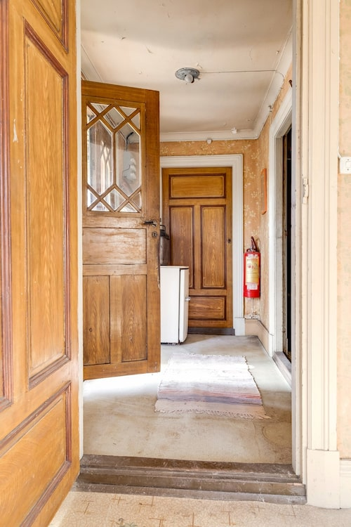 Spröjsade dubbeldörrar i entrén.
