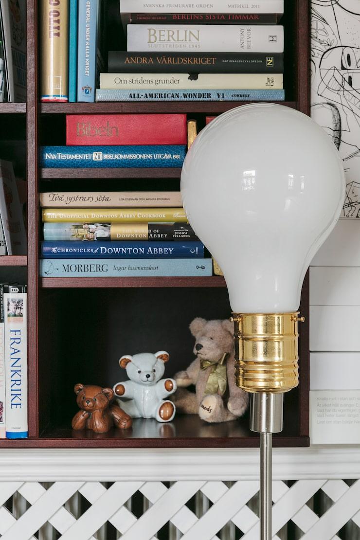 Suzana är kreativ och får hon en idé förverkligar hon den. Ett exempel är golvlampan i form av en traditionell glödlampa. I hyllan nallar från Georg Jensen.