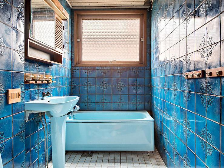 Det bäst bevarade i hela huset är det knallblå och helkaklade badrummet.