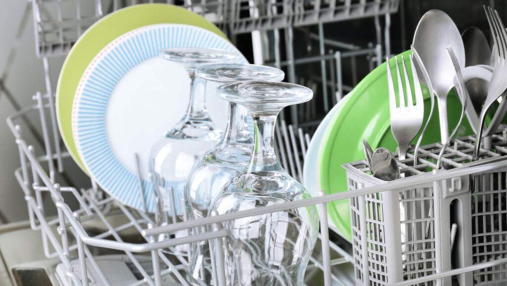 Trycket av diskmaskinens vattenstrålar gör att knivbladen slår mot andra bestick och själva diskstället. Något som kommer att förstöra knivarna med tiden.