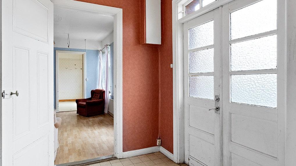 Innerhall med stengolv. Här finns dörr till klädkammare samt dörr till äldre badrum. I hallen finns också uppgången till vinden med sommarrum.