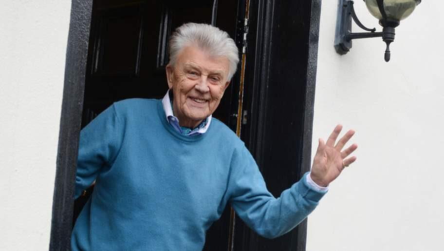 Sven-Bertil Taube tar emot i dörren till familjens 150-åriga hus på Alderville Road i London och visar oss in i den engelska idyllen som ändå vittnar om faviljen Tubes historia i bilder och skulpturer.