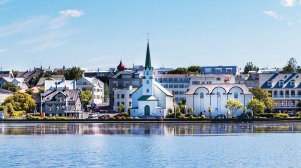 Reykjavik som är världens nordligaste huvudstad är en bra utgångspunkt.