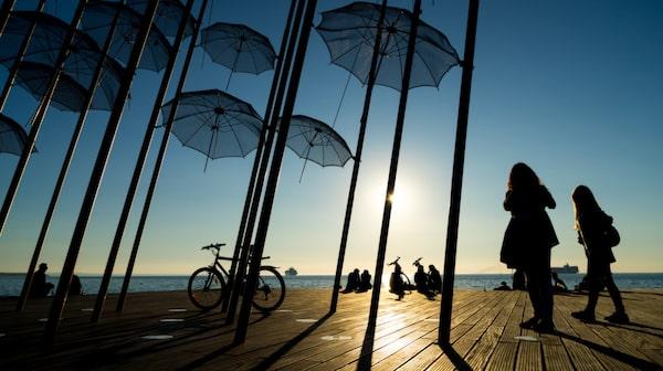 Skulpturen The Umbrellas sattes upp 1997 och står på den berömda strandpromenaden i Thessaloniki.