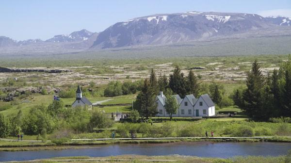 Thingvellir är en stor nationalpark som ligger precis i sprickan mellan den europeiska och den amerikanska kontinentalplattan.