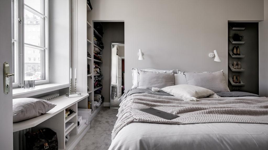 Master bedroom med både walk in closet och eget badrum.