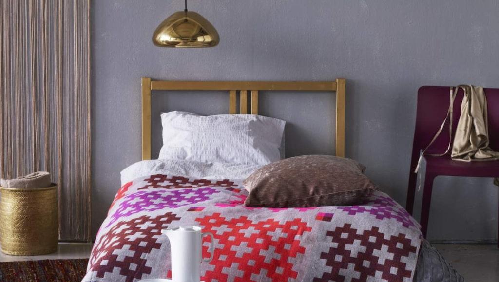 Grått är en lugnande färg i sovrummet, liksom blått och grönt. Skippa starka färger som rött.