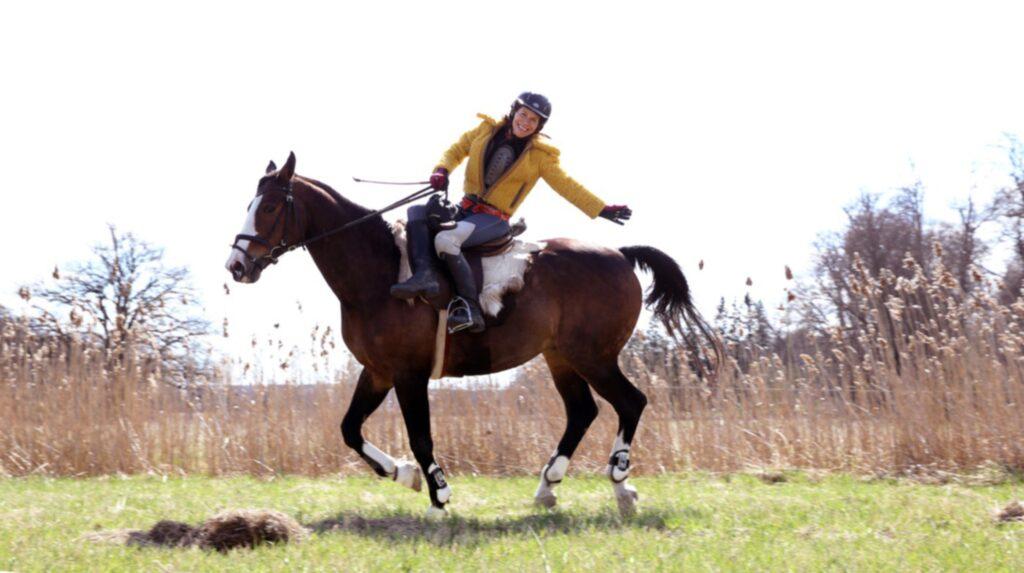 """Caroline har sin häst i ett stall bara några hundra meter från sitt hem. """"Det är en fantastisk, och lite vild, känsla att vara ute och galoppera"""", säger hon."""