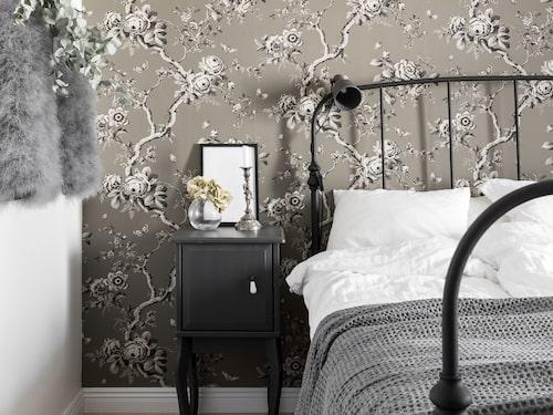 Sängbord från Ikea och överkast från Ica home.Sammetsgardiner från Fritsla tyglager. Taklampan är egengjord av en gammal gardin och najtråd.