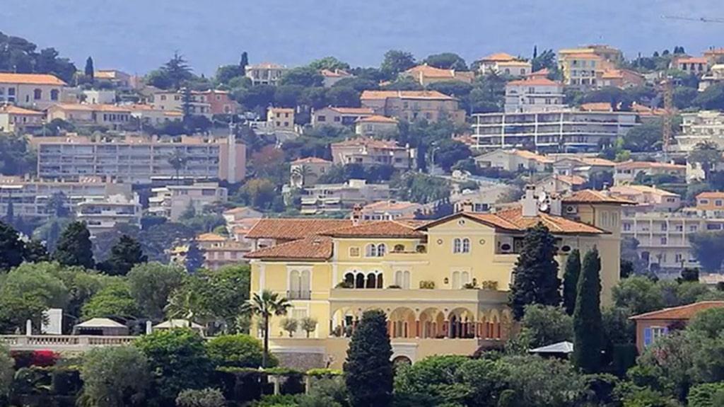Les Cèdres, som huset heter, ligger på franska halvön Saint Cap-Ferrat, mitt på Rivieran, mellan Nice och Monaco.