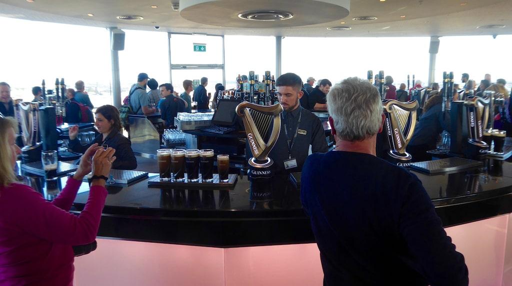 Takbaren högst upp i Guinness Storehouse har Dublins häftigaste utsikt, och så serveras förstås bara Guinness.
