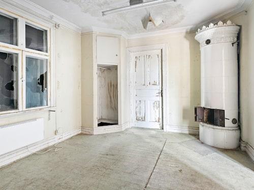 En vacker gammal kakelugn finns i huset, som i övrigt har stort behov av renovering.