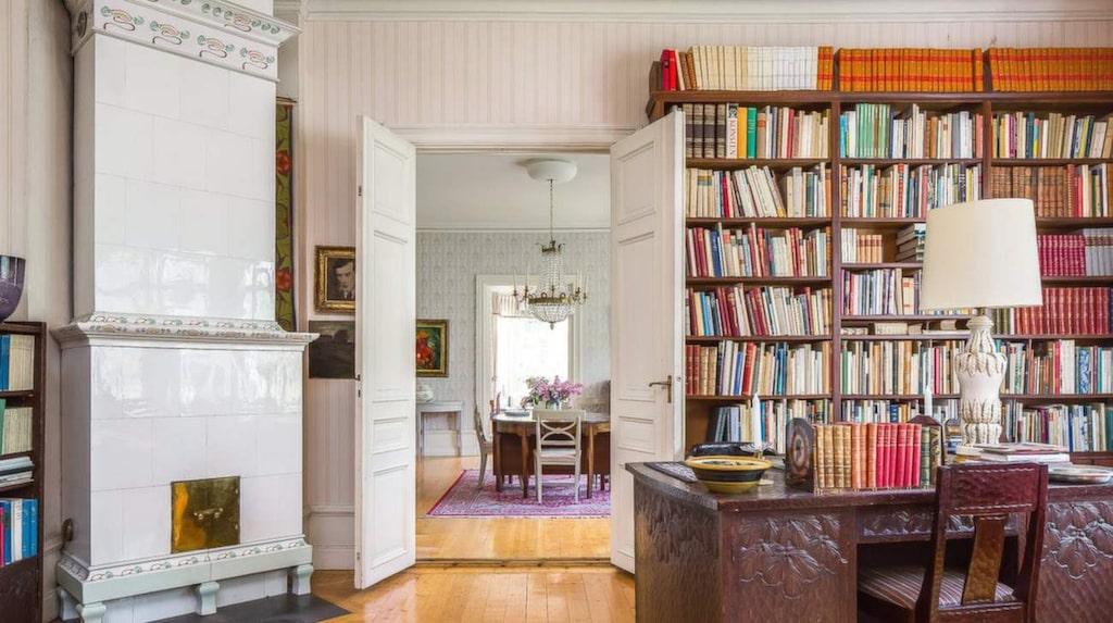Biblioteket har, liksom flera andra rum, en välbevarad kakelugn.
