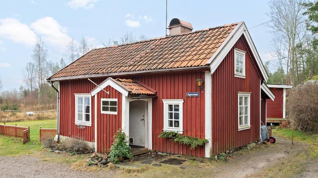 Det lilla torpet utanför Stenungsund är till salu för 1 295 000 kronor.