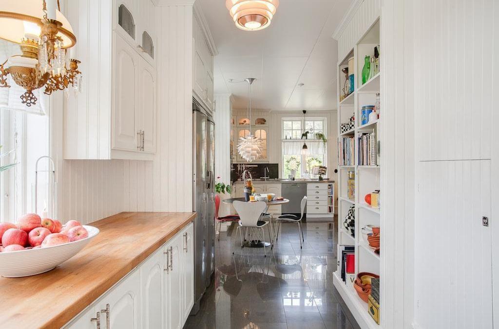 Köket har en lantlig stil och har bänkskivor och skåpluckor i ek.