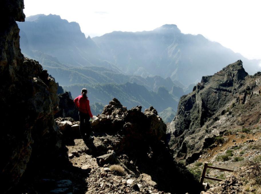 Många reser till La Palma för att vandra. Till de mer spektakulära turerna hör den längs kraterranden Caldera de Taburiente på 2 000 meters höjd.