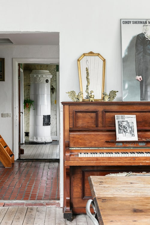 Pianot används flitigt, framför allt av Ludvig som jobbar som musiklärare, låtskrivare och musikproducent.