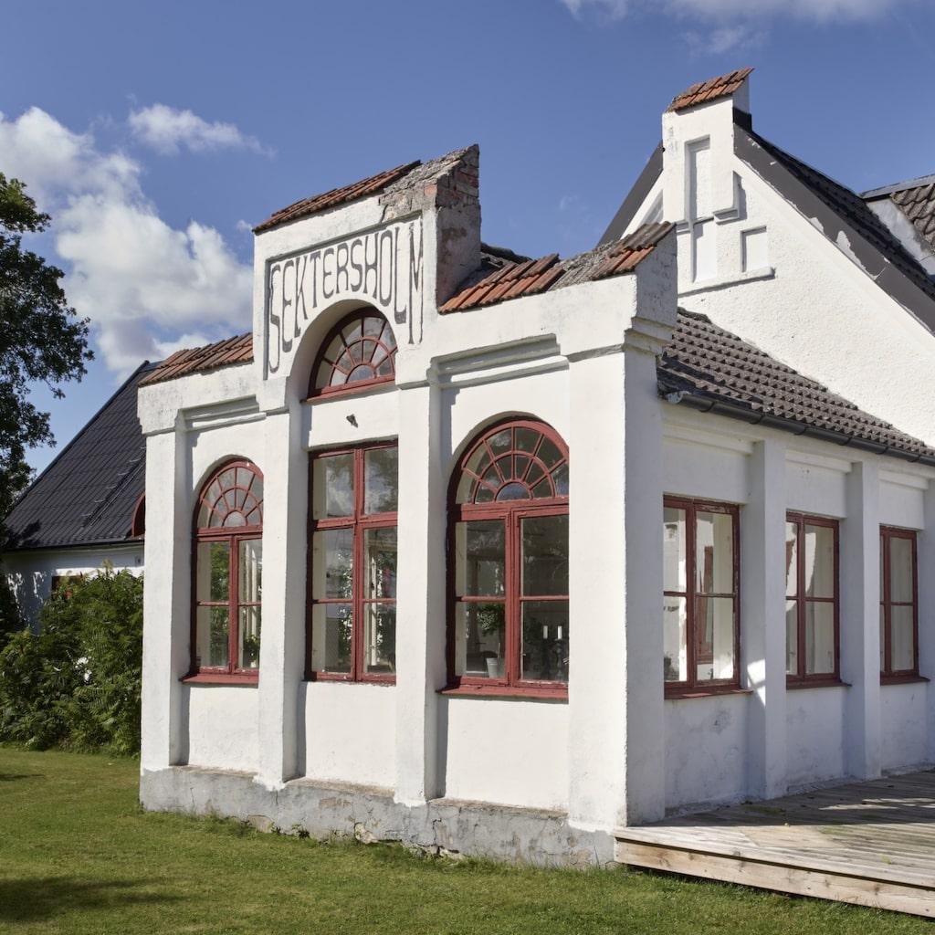 Vackert i vitt. Familjens skånelänga har en vacker veranda som har bevarats genom åren trots att huset renoverats hårt i flera omgångar.