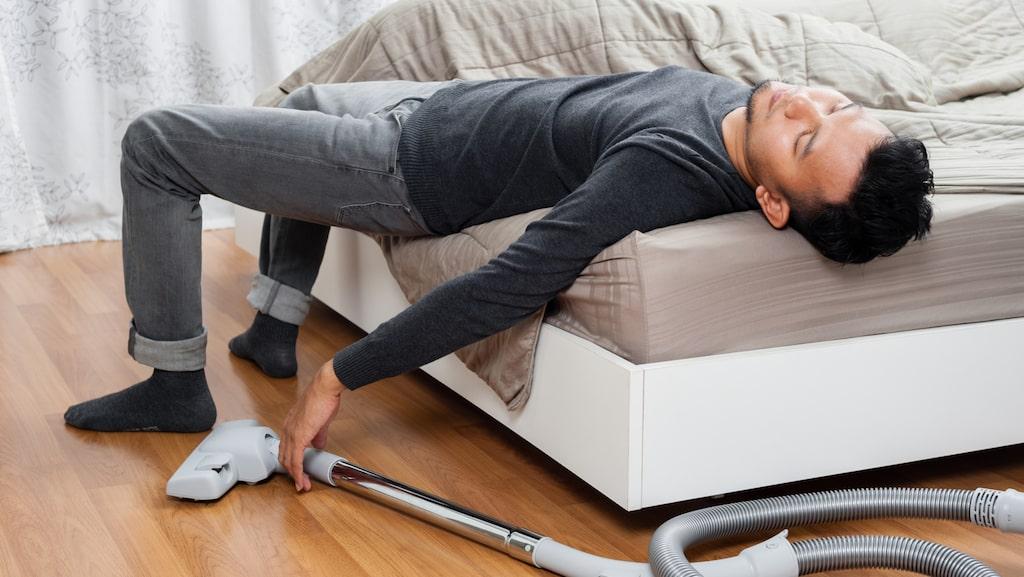 Så här trött kan man bli av att dammsuga. Slipp det med en robotdammsugare.