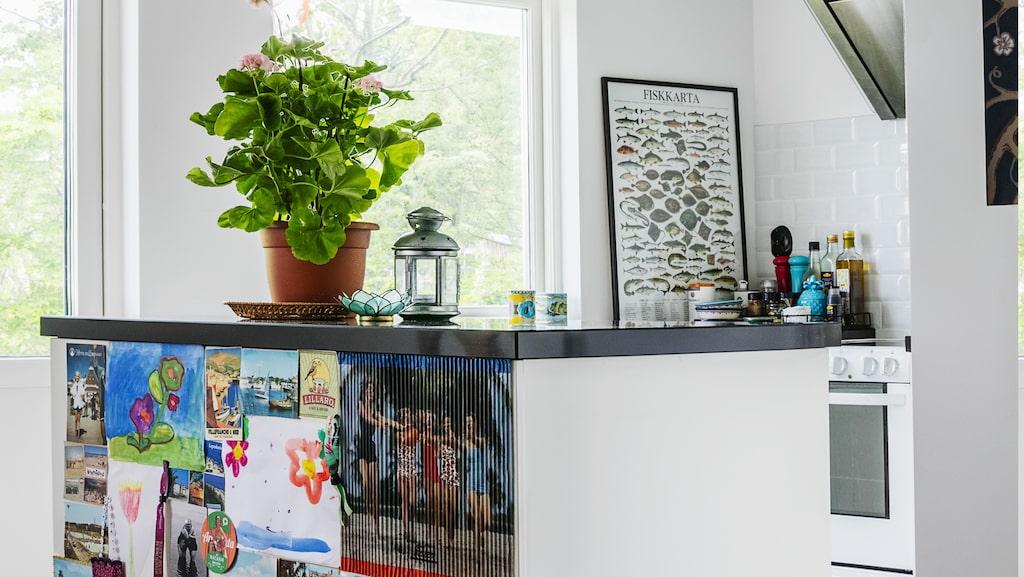 Köksön byggdes av bänkskåp från Ikea och fick rejäl höjd eftersom alla i familjen är långa. För att dämpa den stora pjäsen har baksidan täckts med ett kollage av foton, vykort urklipp och teckningar med sommartema.