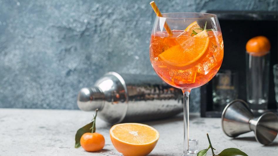 Aperol Spritz är en enkel, svalkande och mycket populär drink med prosecco.