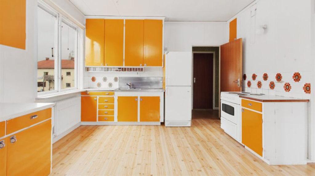 """<p>På övre plan finns en lägenhet på tre rum och kök om 88 kvadratmeter.<span id=""""_plain_text_marker"""">&nbsp;</span></p>"""