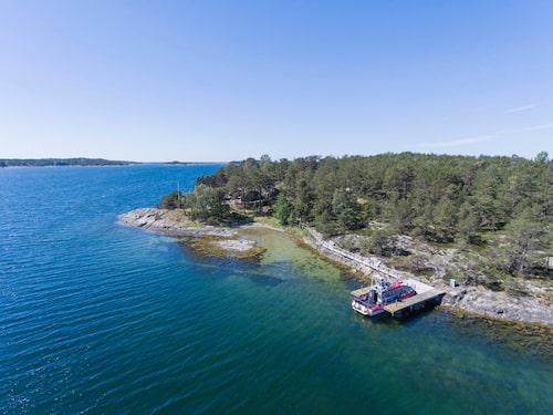 Öns brygga ligger skyddad i Korsskärssundet.