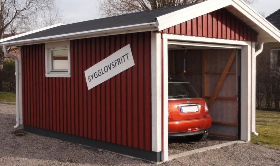 <strong>Bygglovsfritt garage</strong><br>15 kvadratmeter enbilsgarage med sadel- eller pulpettak. Leveransen består av färdiga väggelement med påspikad panel vilket gör att monteringen enkel och snabb om man ät två. 39 300 kronor, frakt tillkommer.<br>Info: mellbygarage.se