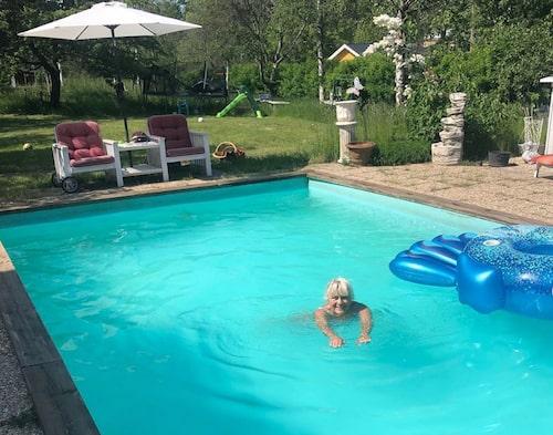 Christina börjar alltid dagen med en simtur i poolen.