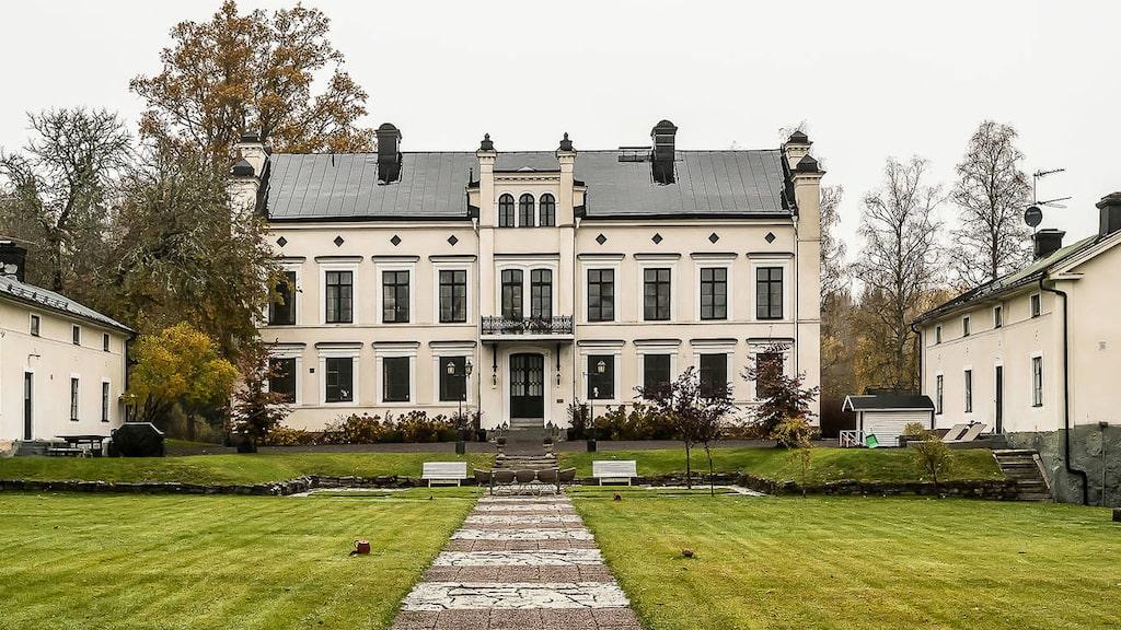 Förutom huset på nästan 1 000 kvadratmeter står två flyglar á 150 kvadratmeter på gården.