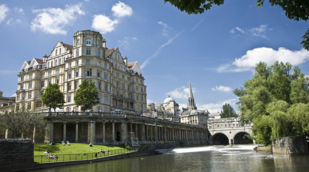 Bath är en av Storbritanniens populäraste turiststäder och känt för romerska bad och storslagen 1700-tals arkitektur.