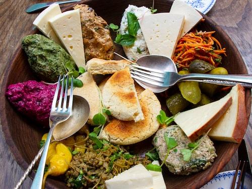 Café Leila galet goda vegoröror och georgiska ostar. Ekologisk mat som lagas först när du beställt.