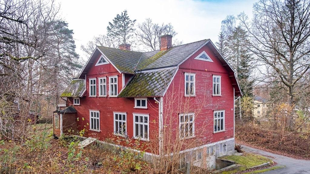 Det stora huset ligger i Glimåkra i Skåne och byggdes 1905. Då var det ett av de finaste husen i byn. Nu är det öde och förfallet.