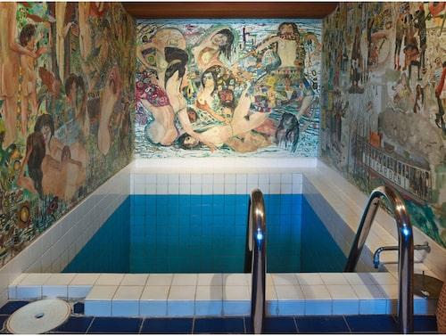 Väggmålningarna i poolrummet är gjorda av en konstnär som är vän till familjen.