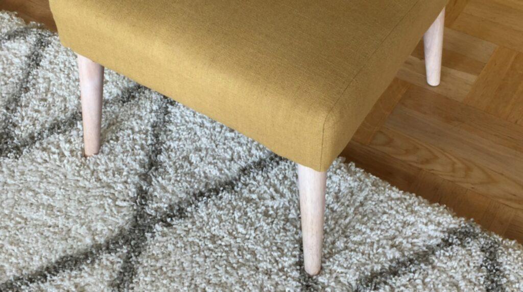 Ställ möblerna cirka 20 centimeter in på mattan.