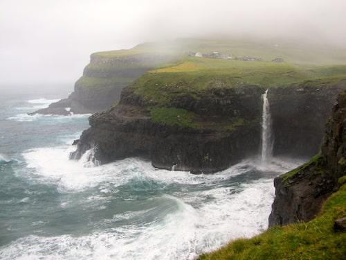 Färöarna är pyttelitet och storslaget på samma gång. Gå på urgamla stigar som en gång i tiden band ihop de isolerade byarna med varandra.