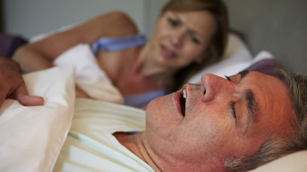 Ofta är det partnern som först märker att du lider av sömnapné. Då andningsuppehållen kan upplevas lite läskigt.