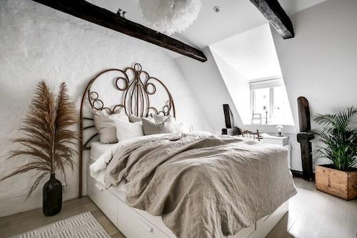 På övervåningen finns två sovrum.