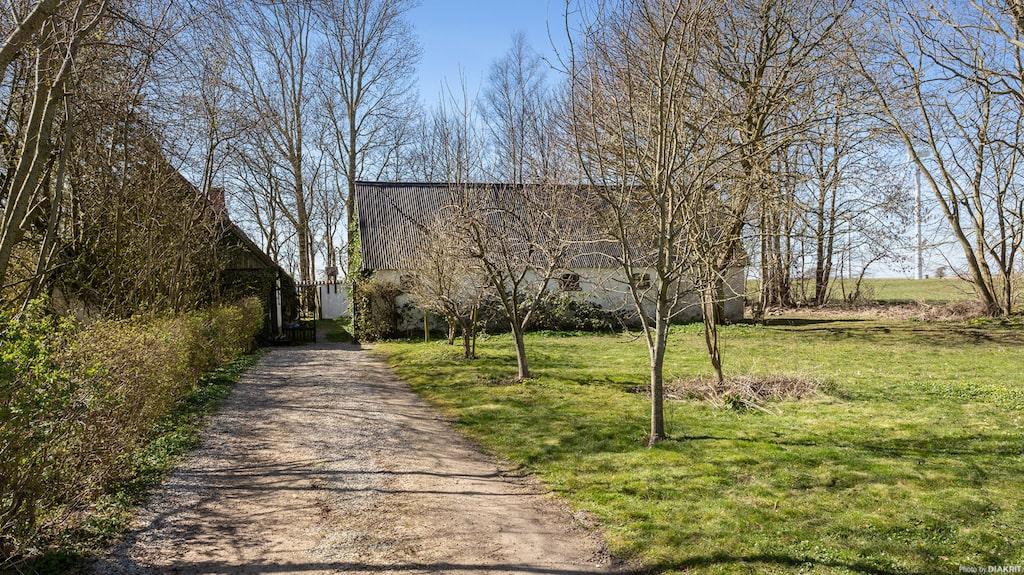 Östergården som den kallas ligger i utkanten av byn Östra Herrestad på Österlen och är nu till salu.