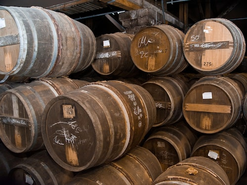 Cognac lagras ofta länge på fat.