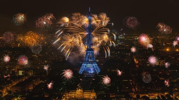 Paris arrangerar inte något officiellt nyårsfirande i form av fyrverkerier eller nedräkning.
