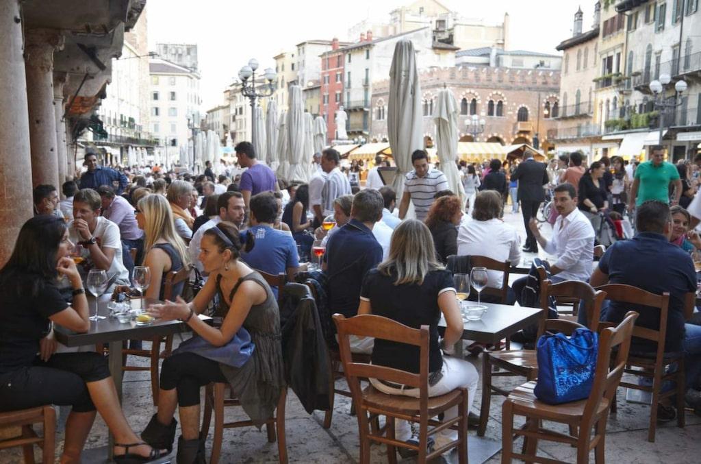 <p>Ta en kaffe på torget i Verona.</p>