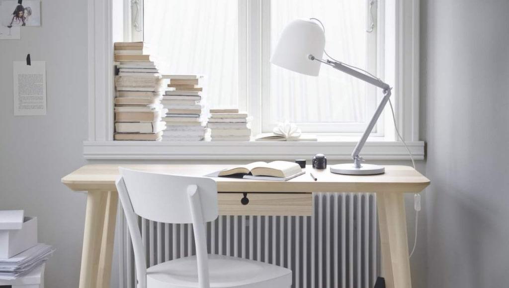 Trärent. Skrivbord Lisabo i askfanér, 1 295 kronor, Ikea.com.
