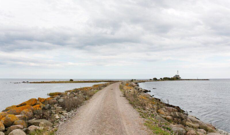 Villan ligger längst ute på en udde och nås via en grusväg.