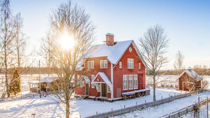 Den gamla skolbyggnaden i Söderbärke, Smedjebacken, är till salu för 330 000 kronor.