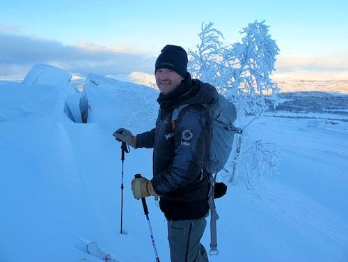 Färdledare Kalle Johansson, på Fjällnäs explore, guidar såväl nybörjare som avancerade skidåkare på toppturer runt Fjällnäs.