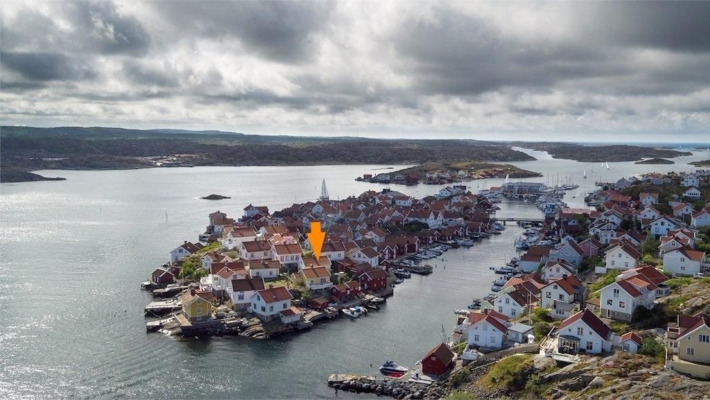 Ön i Orust heter Gullholmen. Se pilen exakt var huset ligger.